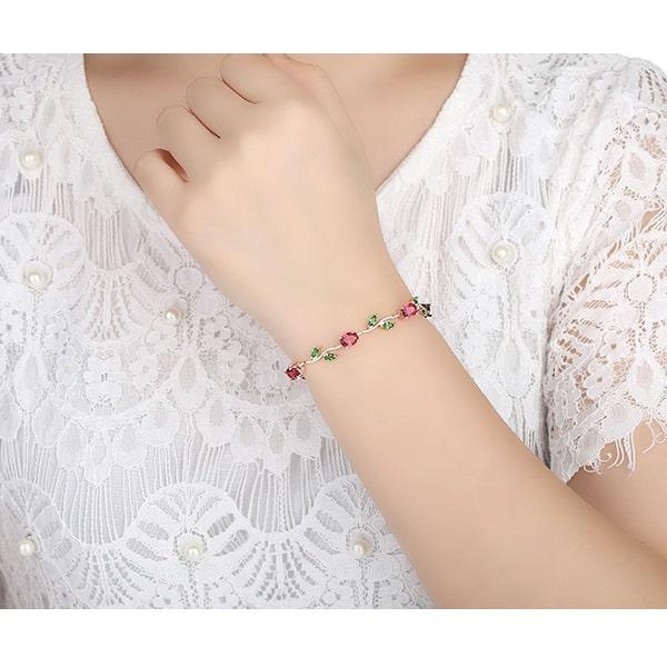 Bracelet avec des roses et des feuilles