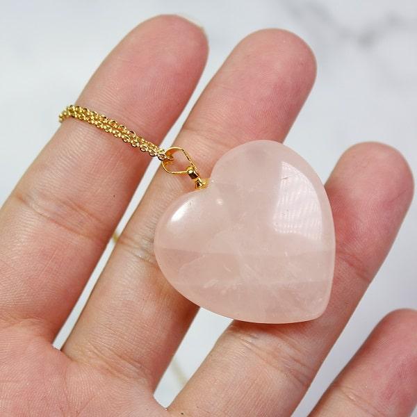 Collier de chaîne avec pendentif en quartz rose coeur