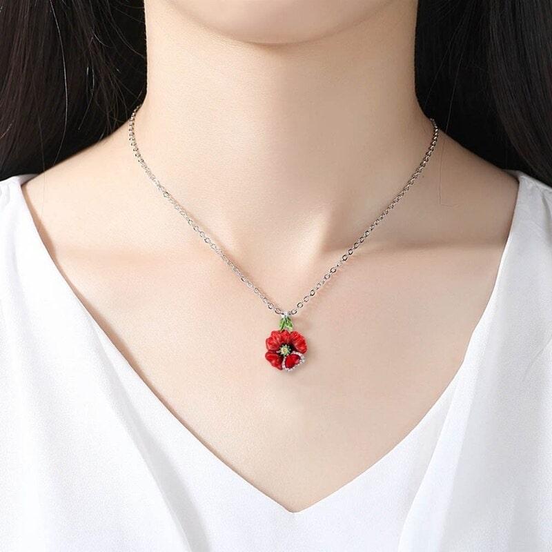 Collier avec une rose rouge, fleur rouge