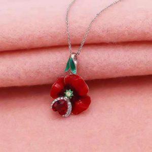 Collier avec une rose rouge ouverte