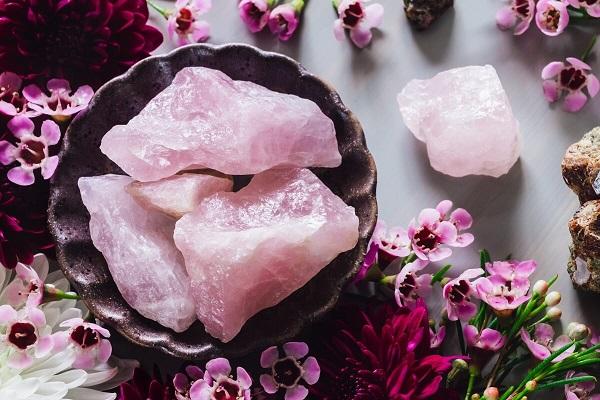 Comment procéder pour recharger un quartz rose ?